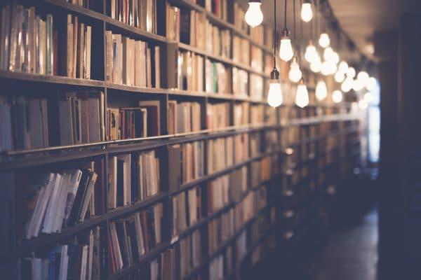 Gang einer Bibliothek